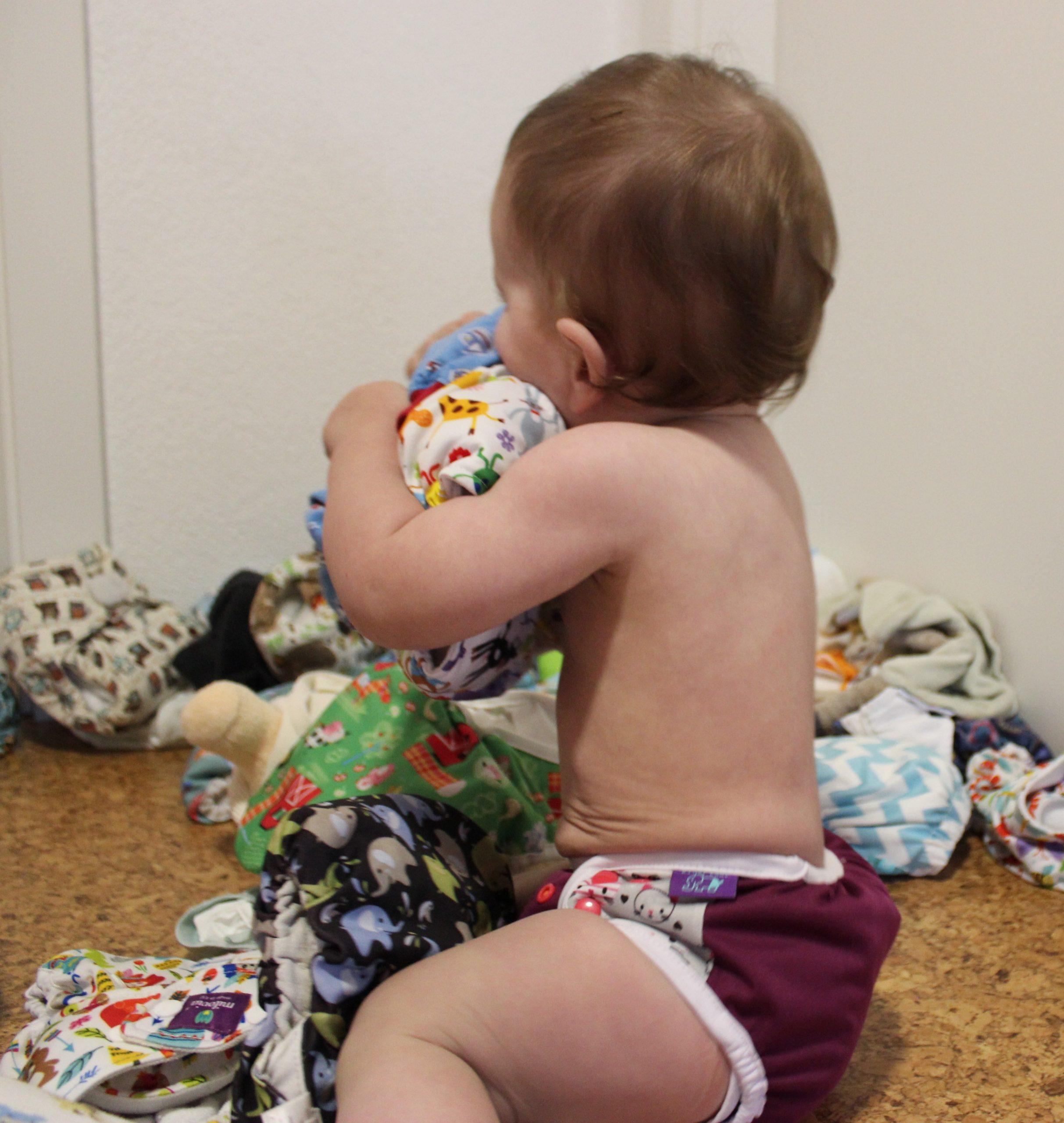 Baby spielt mit Stoffwindeln