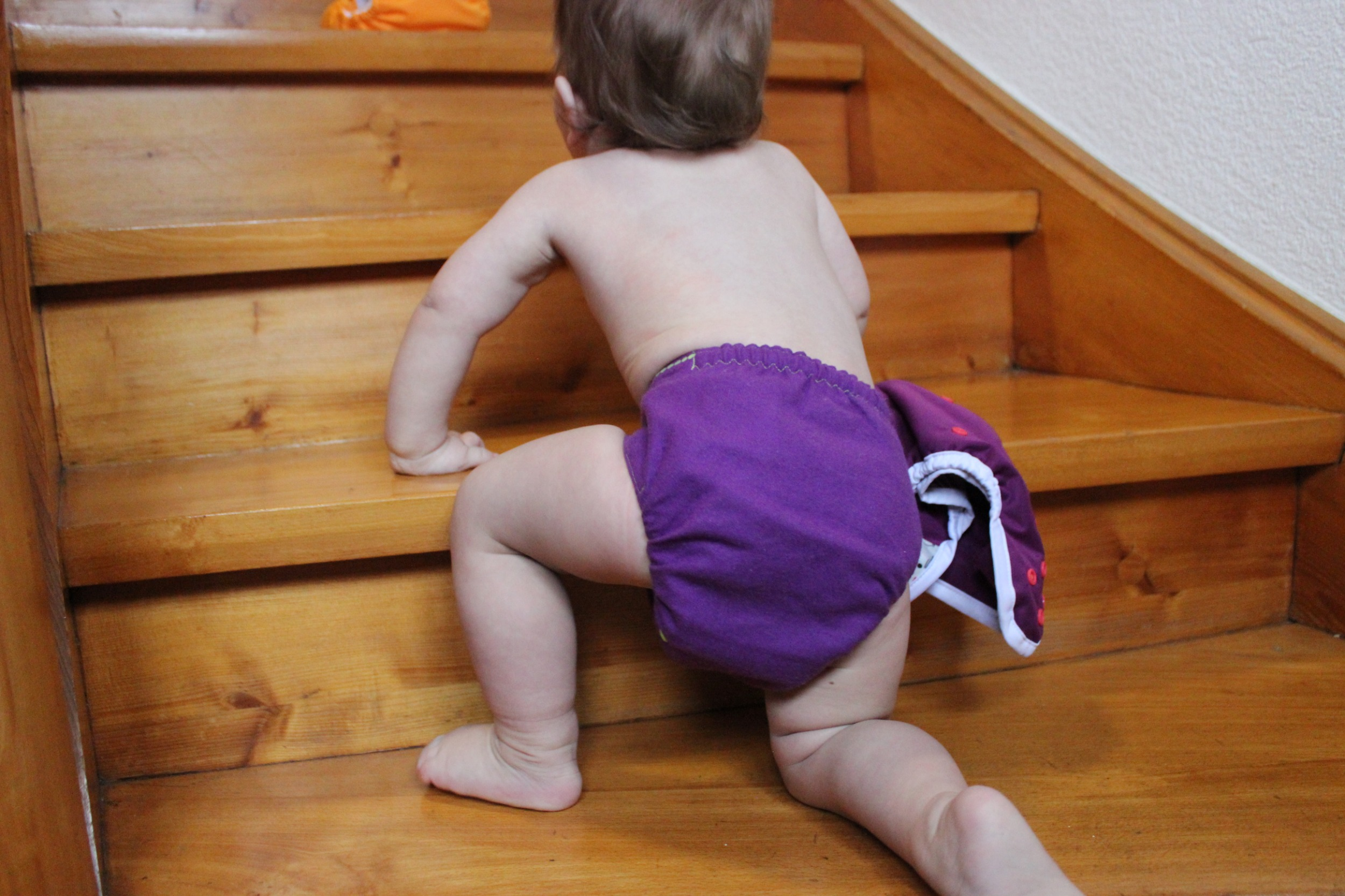 Stoffwindel an Kind auf Treppe